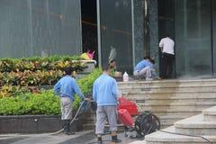 Le personnel nettoient le plancher photographie stock