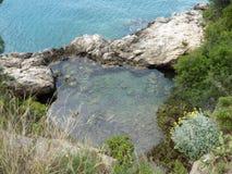 Le petit étang clair avec l'eau de mer Image stock