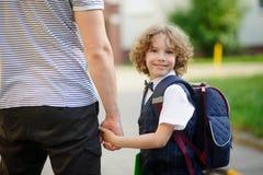 Le petit étudiant mignon va à l'école Images stock