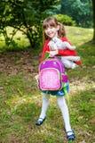 Le petit étudiant quitte l'école avec un sac à dos Beau chi images libres de droits