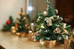Le petit arbre de Noël de décoration photographie stock