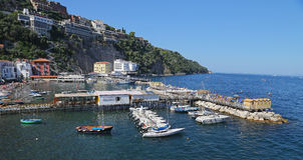 Le petit asile avec des bateaux de pêche et des maisons de colorfull est situé dessus par l'intermédiaire de del Mare à Sorrente Image libre de droits