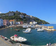 Le petit asile avec des bateaux de pêche et des maisons de colorfull est situé dessus par l'intermédiaire de del Mare à Sorrente Photographie stock