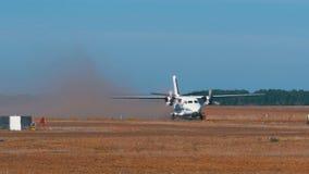 Le petit avion bimoteur se déplace le long de la piste avec une couverture végétale banque de vidéos