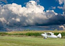 Le petit avion blanc d'ultra-léger motorisé prêt pour décollent Photographie stock