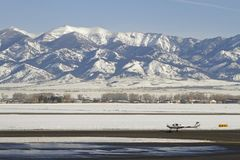 Le petit avion décolle dans un paysage d'hiver Images stock