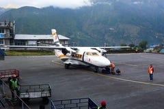 Le petit avion s'est garé à l'aéroport de Tenzing-Hillary dans Lukla, voyage de camp de base d'Everest, Népal Photo stock