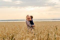 Le petit bébé étreint et embrasse la maman photos libres de droits