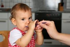 Le petit bébé a faim Images stock