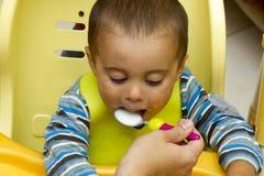 Le petit bébé mangent Images libres de droits