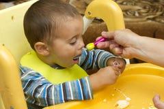 Le petit bébé mangent Image stock