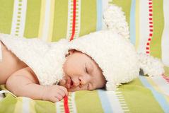 Petit bébé de sommeil avec le chapeau de lapin Photographie stock libre de droits
