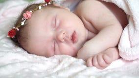 Le petit bébé nouveau-né dort sur le lit, rêves doux de peu de bébé, sommeil sain banque de vidéos