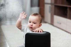 Le petit bébé regarde l'humidificateur Humidité dans le concept de maison images libres de droits