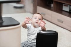 Le petit bébé regarde l'humidificateur Humidité dans le concept de maison image stock