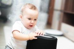 Le petit bébé regarde l'humidificateur Humidité dans le concept de maison photo libre de droits
