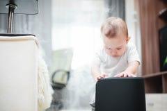 Le petit bébé regarde l'humidificateur Humidité dans le concept de maison images stock