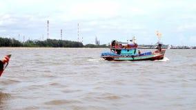 Le petit bateau de pêche sortent pour pêcher en mer banque de vidéos