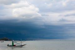 Le petit bateau de pêche sur la tempête de mer vient photo stock