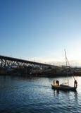 Le petit bateau navigue en bas du port Images stock