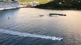 Le petit bateau va près de l'épopée norvégienne banque de vidéos