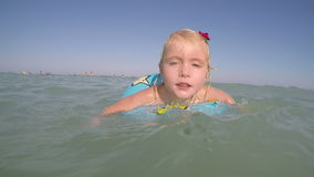 Le petit bleu blond a observé le bébé jouant dans la vidéo de l'eau banque de vidéos