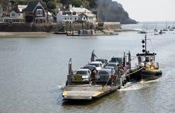 Le petit car-ferry et un remorqueur sur la rivière dardent le R-U Photo libre de droits