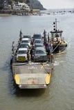 Le petit car-ferry et un remorqueur sur la rivière dardent le R-U Photos libres de droits