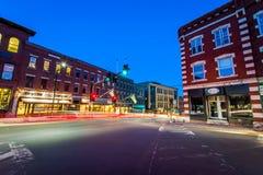 Le petit centre ville confortable de Brattleboro, Vermont la nuit image stock