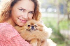 Le petit chien de Pomeranian et la jolie femme Photo libre de droits