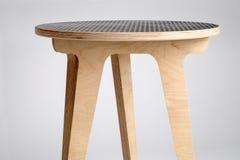 Le petit concepteur Wooden Round Table avec du vinyle noir a couvert le dessus images stock