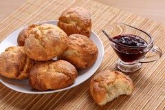 Le petit déjeuner délicieux avec les biscuits faits maison bulgares traditionnels appelés ` de kurabiiki de ` dans un plat blanc  Photos libres de droits