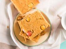 Le petit déjeuner de fête fleurit des bownies de beurre d'arachide Vue supérieure Image libre de droits