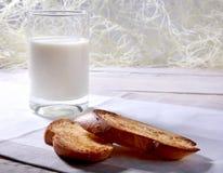 Le petit déjeuner de matin a placé avec la confiture d'oranges sur le pain grillé et le lait de pain en verre Photo libre de droits
