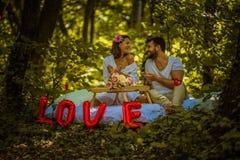 Le petit déjeuner en nature est grand Temps de couples photographie stock libre de droits