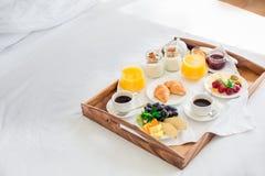 Le petit déjeuner frais n'a isolé aucun service d'étage de personnes photo stock