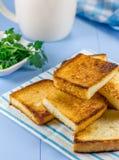 Le petit déjeuner grille avec le feuillage et la tasse de café image stock