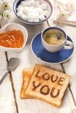 Le petit déjeuner, le café, la confiture et le pain grillé avec le texte vous aiment Photo stock