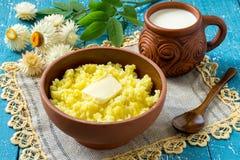 Le petit déjeuner russe traditionnel - gruau de millet avec du lait Photo stock