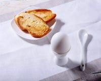 Le petit déjeuner sain de matin a placé avec l'oeuf, la confiture d'oranges sur le pain grillé de pain et le lait en verre Photos libres de droits