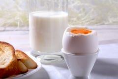 Le petit déjeuner sain de matin a placé avec l'oeuf, la confiture d'oranges sur le pain grillé de pain et le lait en verre Image libre de droits