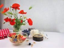 Le petit d?jeuner a servi avec du caf?, des c?r?ales et des fruits photographie stock