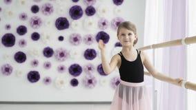 Le petit danseur classique mignon ondule sa main clips vidéos