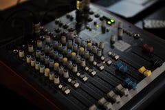 Le petit DJ consolent le bureau de mélange Photo stock