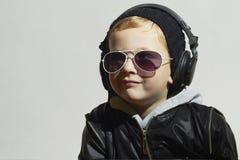 Le petit DJ garçon drôle dans les lunettes de soleil et des écouteurs photographie stock