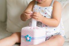Le petit enfant asiatique remet tirer le papier de soie de soie blanc du tissu photos libres de droits