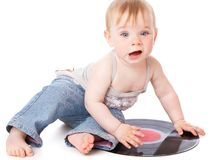 Le petit enfant avec un enregistrement de phonographe noir Photos stock