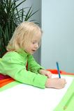 Le petit enfant écrit le crayon Photos libres de droits