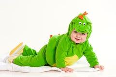 Le petit enfant dans un costume d'un dragon image libre de droits