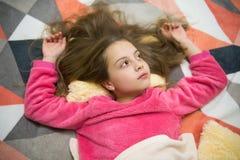 Le petit enfant de fille détendent à la maison Même la relaxation avant sommeil Concept de garde d'enfants Relaxation agréable de photos stock